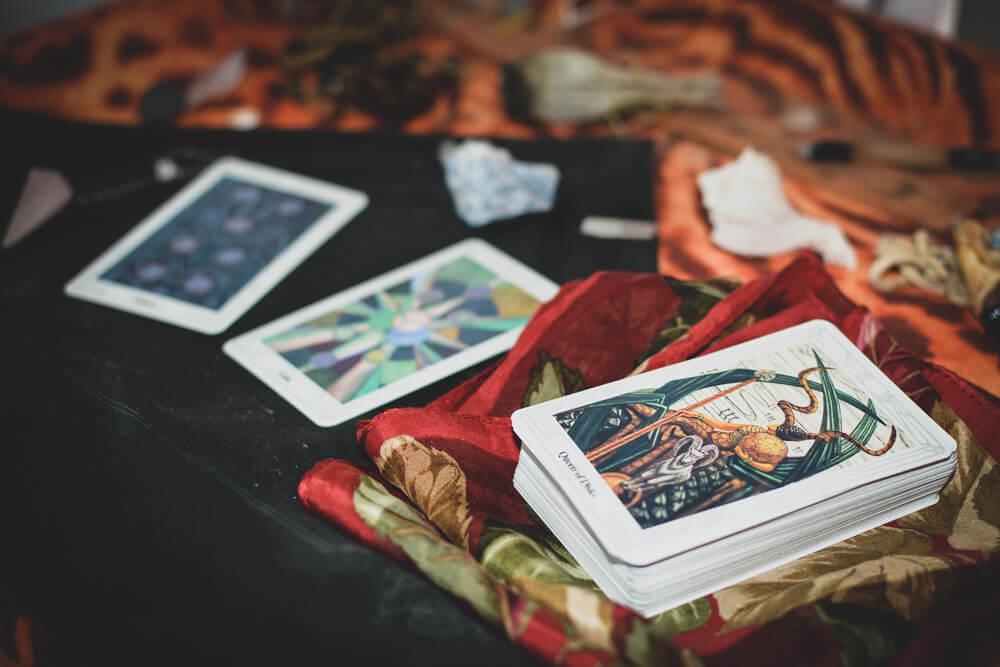 How do you read tarot cards tarot deck on altar